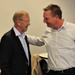Niels Henning Broch- Mikkelsen afgående formand for veteranerne i JHF får et velfortjent skulderklap af den nyvalgte formand for JHF, Kent Nicolajsen.